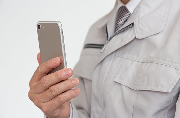 携帯を持つ男性
